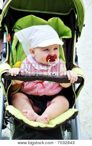 Baby in den Kinderwagen