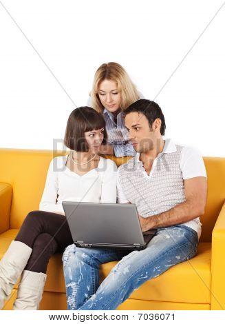 Três amigos com computador portátil