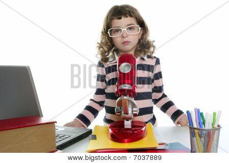 Estudante menina com microscópio e Laptop