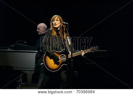 NEW YORK - OCTOBER 4:  Musicians Patti Scialfa and Roy Bittan, of the E -Street Band, perform their last show for the 2002-03 World Tour at Shea Stadium October 4, 2003 in Flushing, New York.
