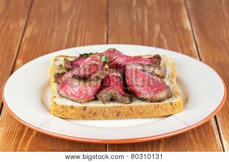 Bread toast with roastbeef on plate