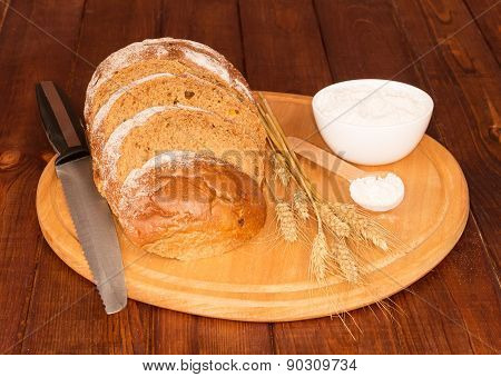 Bread , knife and cream