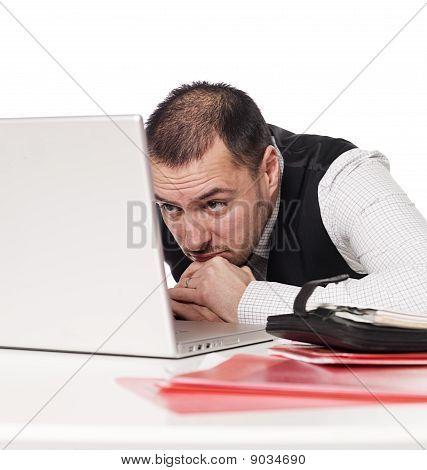 Hombre con ordenador portátil