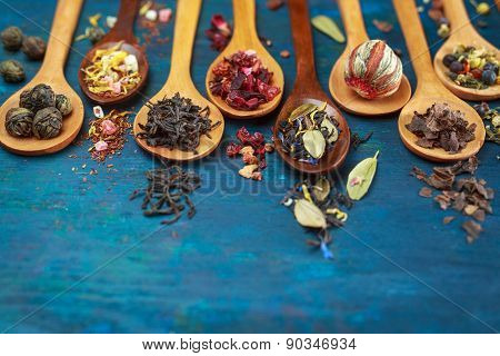 Dry tea with in wooden spoons