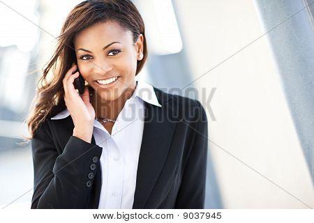 Zwarte zakenvrouw op de telefoon