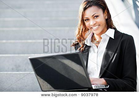 Empresária preta com Laptop
