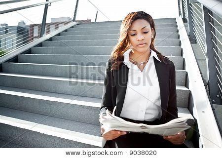 Empresária preto lendo jornal