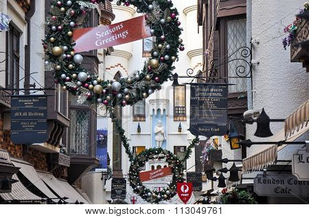 London Court in Perth: Christmastime