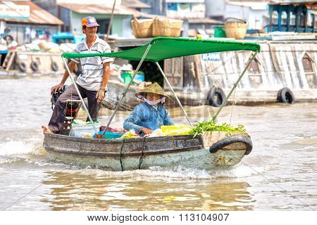 Spouses trade vegetables floating market on the river