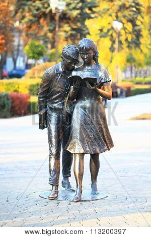 Monument of Shurik and Lida, soviet movie heroes