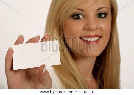 Manos de la empresaria, mujer que sostiene la tarjeta