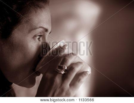 Mujer contemplando su vida