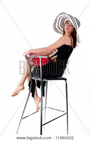 Beautiful young Girl sitting on Bar Stuhl mit roten Herzen Kissen