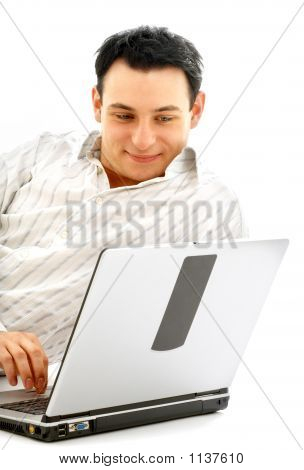 Retrato de hombre relajado con la Laptop