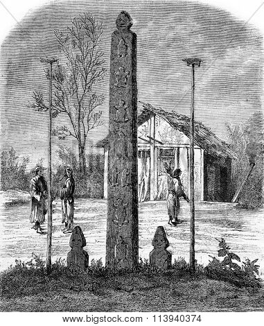 Hieroglyphic column, idols and winter home of Gholds, vintage engraved illustration. Magasin Pittoresque 1873.