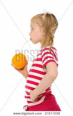 menina beber suco de laranja através de palha