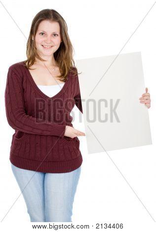 Casual chica sosteniendo un cartón