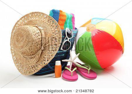 Artigos de praia com chapéu de palha, toalha, chinelos, boné, bola de praia e óculos de sol.