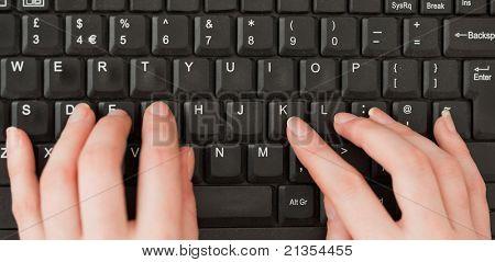 Mãos de mulher digitando em uma tela