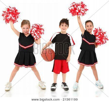 Gruppe Kinder Cheerleader und Basketballspieler