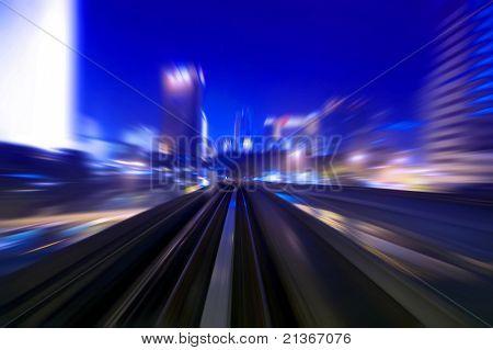 Tráficos de noche urbano ve al atardecer. Centrarse en la carretera.