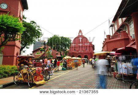 Actividad turística frente a Iglesia de Cristo. Iglesia de Cristo está en la principal plaza adyacente a Stadthuys,