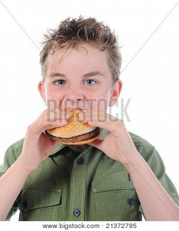 Kleiner Junge einen Hamburger Essen