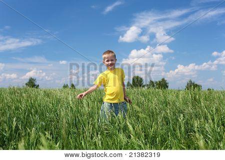 kleiner Junge im freien