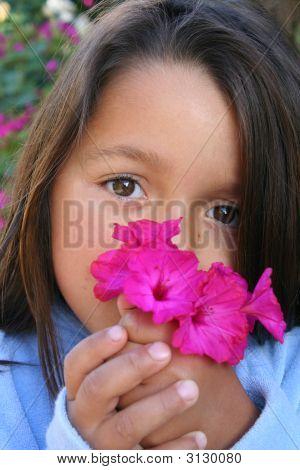 Kleine Mädchen Holding Posy