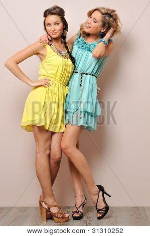 Duas belas mulheres em vestidos de Verão.