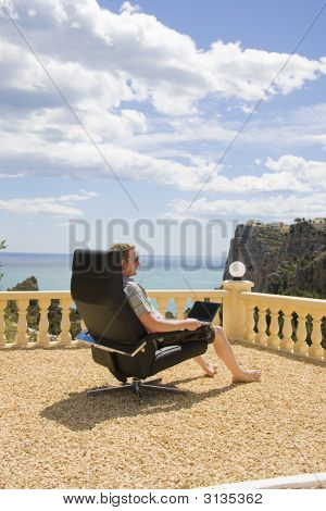 Homem trabalhando no seu Laptop de férias