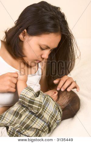 Schöne asiatische Mutter Stillen ihr Baby Boy