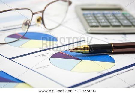 Concepto de datos financieros con pluma y gafas
