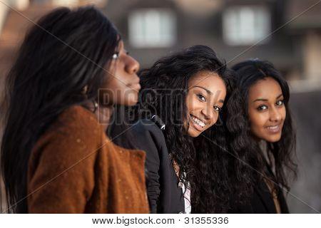 Retrato de niña adolescente afroamericana Youngs feliz