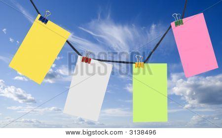 Notas de color sobre un cielo azul