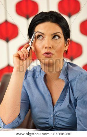 Mulher de negócios espantado pensativo