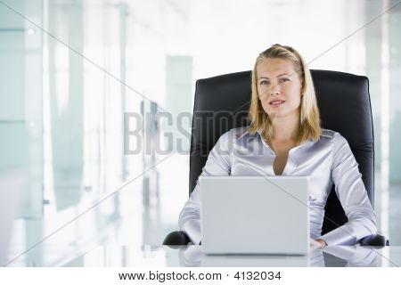 Empresaria en la oficina con un ordenador portátil