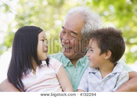 Großvater mit Enkel lachen.