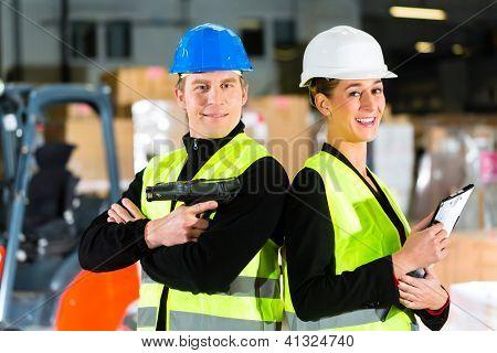 Trabalho em equipe - trabalhador ou manutentionnaire com scanner e seu colega de trabalho com a área de transferência no armazém de freigh