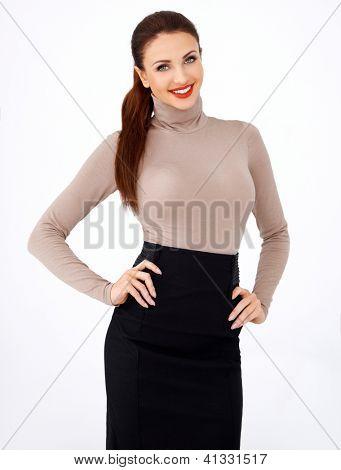 Bela mulher morena peituda sorridente com uma bela figura em uma saia preta e fechar, cabendo a
