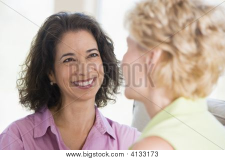 zwei Frauen in Living Room smiling