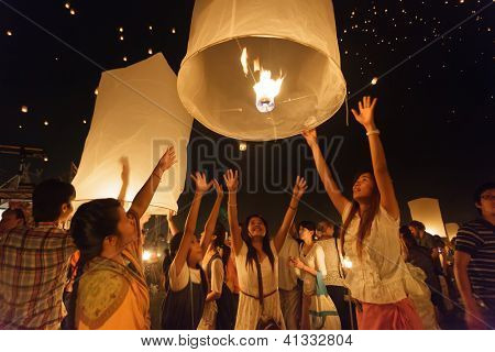 CHIANGMAI THAILAND NOVEMBER 24  : thai people launching sky lantern  in Loy Krathong and Yi Peng Festival on november 24, 2012 Chiangmai, Thailand