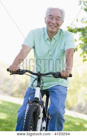 Hombre en bicicleta al aire libre sonriendo
