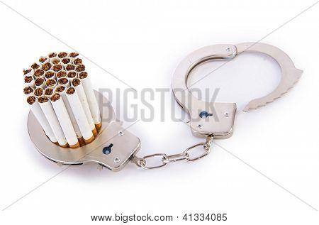 Conceito de adição com cigarros e algemas
