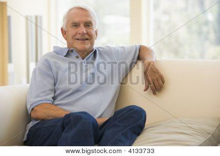 Hombre en la sala de estar sonriendo