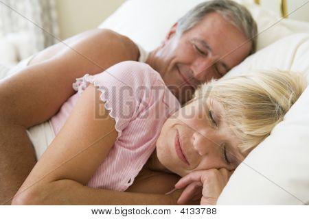 Paare liegend im Bett schlafen
