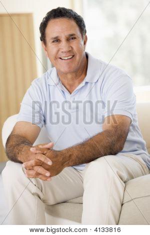 im Wohnzimmer lächelnd mann