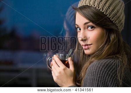 wunderschöne junge Brünette Betrieb Tee.