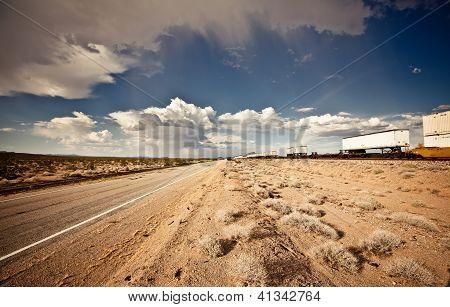 Ferrocarril locomotora de carga en desierto de Arizona