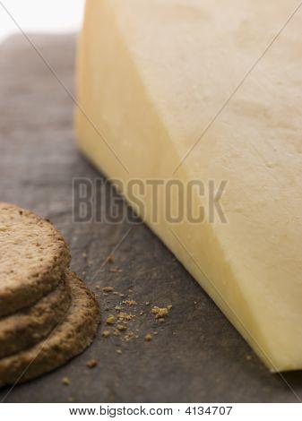 Cuña de queso Cheddar maduro con galletas de avena